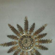 Relojes de pared: ANTIGUO RELOJ DE PARED EN BRONCE CON FORMA DE SOL DE LOS AÑOS SETENTA CON MAQUINARIA DE CUERDA. Lote 176081512