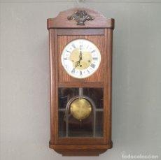 Relojes de pared: ELEGANTE RELOJ DE PARED EN CAJA DE ROBLE Y ESFERA ESMALTADA FUNCIONANDO W. GERMANY AÑOS 50. Lote 176092022