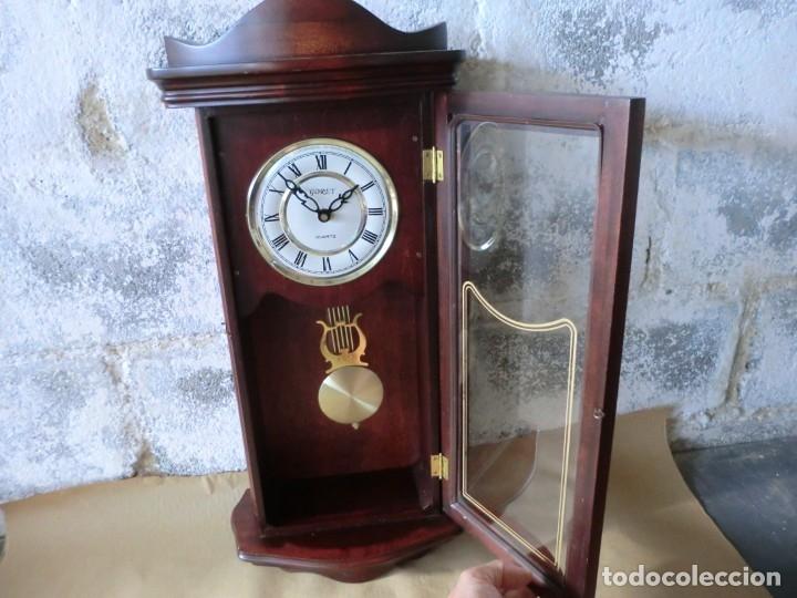 BONITO RELOJ DE PARED EN MADERA Y CRISTAL,( AÑOS 70)A PILAS Y SIN PROBAR (Relojes - Pared Carga Manual)