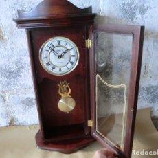 Relojes de pared: BONITO RELOJ DE PARED EN MADERA Y CRISTAL,( AÑOS 70)A PILAS Y SIN PROBAR. Lote 176307519