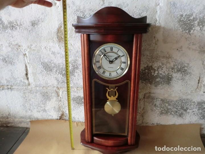 Relojes de pared: BONITO RELOJ DE PARED EN MADERA Y CRISTAL,( AÑOS 70)A PILAS Y SIN PROBAR - Foto 2 - 176307519