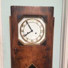 Relojes de pared: ANTGUO RELOJ DE PARED DE MADERA DE ESTILO ART DECO DE LOS AÑOS 40 EN PLENO FUNCIONAMIENTO . Lote 176858627