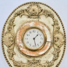 Relojes de pared: DECORATIVO Y ANTIGUO RELOJ DE PARED. MADERA TALLADA . PINTURA SOBRE ESTUCO. MAQUINARIA SIN FUNCIONAR. Lote 178227715
