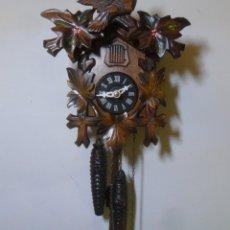 Relojes de pared: RELOJ MECÁNICO DE CUCO ALEMÁN, MADERA TALLADA. Lote 178558405