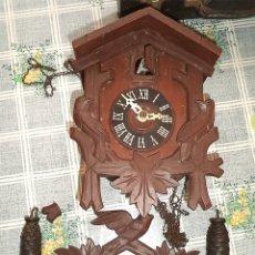 Relojes de pared: ANTIGUO RELOJ DE CUCO DE CUERDA CON CAJA DE MADERA PENDULO Y CONTRAPESOS PARA RESTAURAR . Lote 179109985