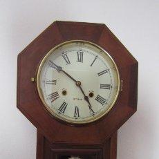 Relojes de pared: RELOJ ANTIGUO DE PARED MECÁNICO CON SU PÉNDULO - LA CUERDA DURA 31 DÍAS DA SUS CAMPANADAS Y FUNCIONA. Lote 180005225