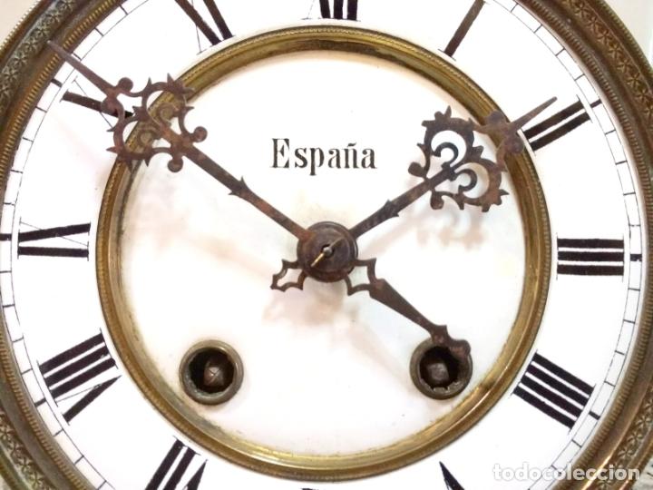 Relojes de pared: Antiguo Reloj Marca España solo Maquinaria de Bronce y Esfera de Porcelana.Números Romanos. - Foto 3 - 181591803
