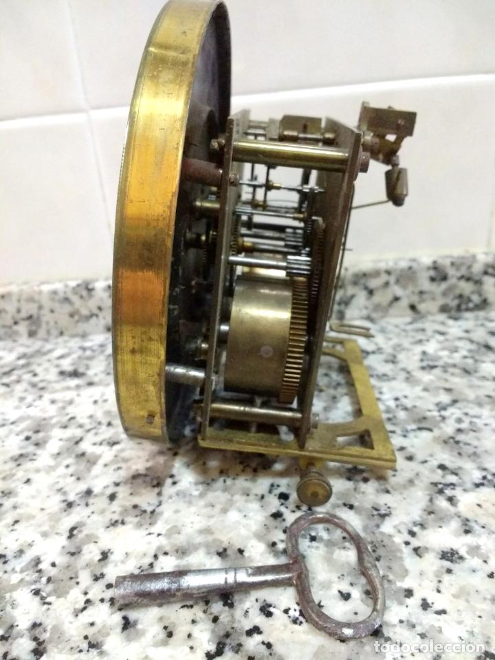 Relojes de pared: Antiguo Reloj Marca España solo Maquinaria de Bronce y Esfera de Porcelana.Números Romanos. - Foto 5 - 181591803