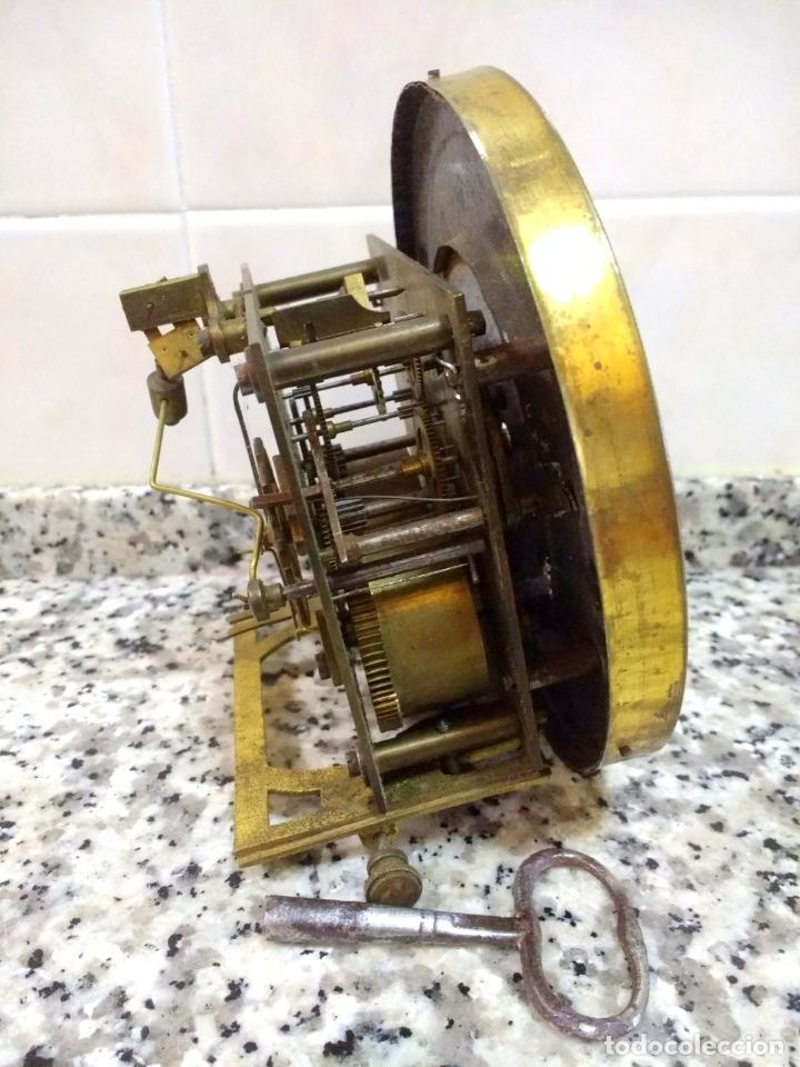 Relojes de pared: Antiguo Reloj Marca España solo Maquinaria de Bronce y Esfera de Porcelana.Números Romanos. - Foto 7 - 181591803