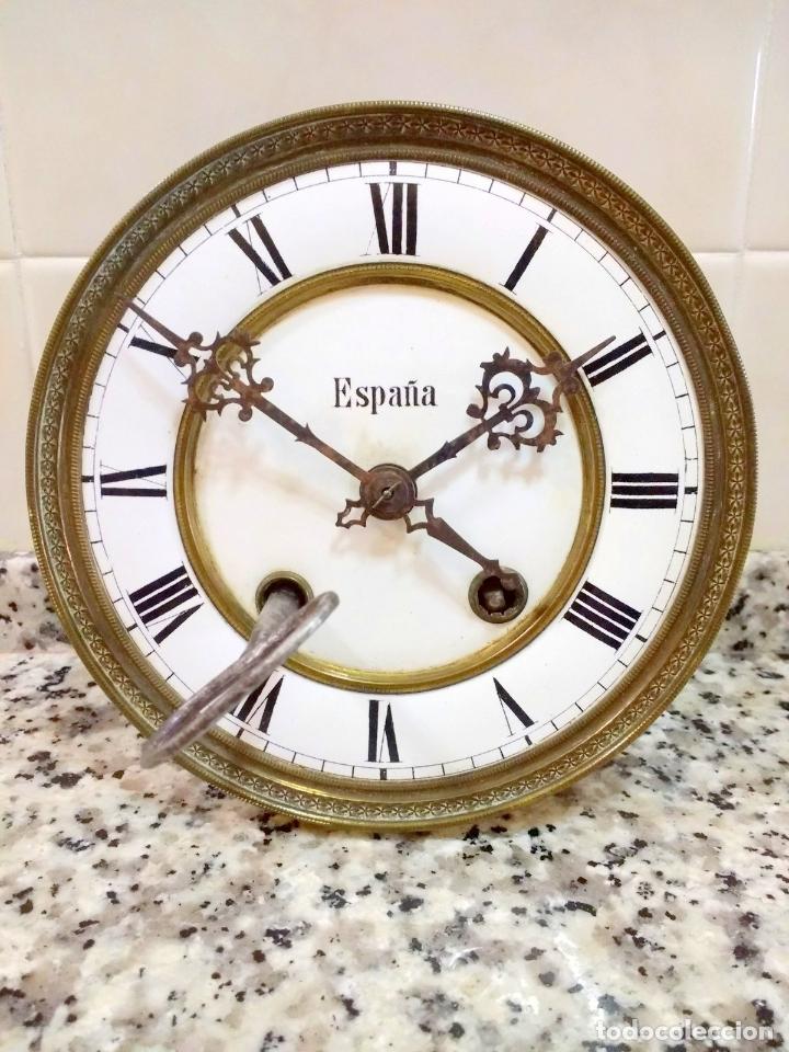 ANTIGUO RELOJ MARCA ESPAÑA SOLO MAQUINARIA DE BRONCE Y ESFERA DE PORCELANA.NÚMEROS ROMANOS. (Relojes - Pared Carga Manual)