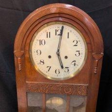 Relojes de pared: CURIOSO RELOJ ANTIGUO DE PARED, PRECIOSA FORMA REDONDEADA. FUNCIONA. Lote 182268733