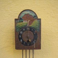 Relojes de pared: PEQUEÑO RELOJ DE PARED A CUERDA. MADERA BAJORRELIEVE PINTADA A MANO. Lote 183059551