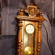 Relojes de pared: ANTIGUO RELOJ ALFONSINO MADERA LEÓN MEDALLÓN PÉNDULO . Lote 183080057