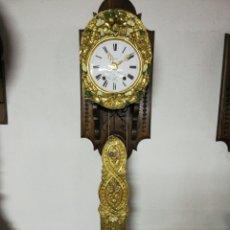 Relojes de pared: RELOJ MORET Y SUJECIÓN DE MADERA TALLADA. Lote 183923175