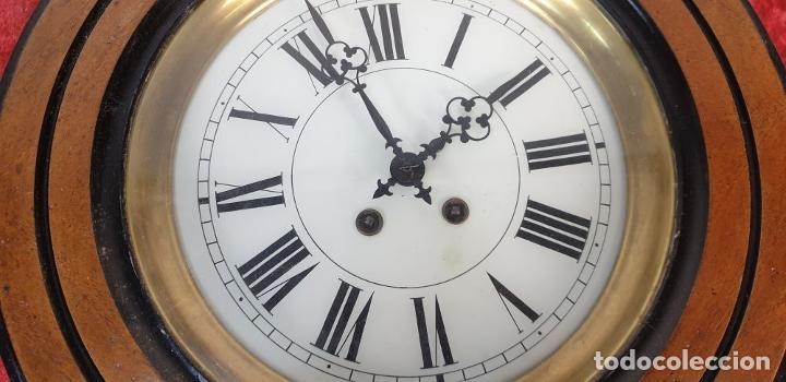 Relojes de pared: RELOJ DE PARED. OJO DE BUEY. MAQUINARIA PARIS. MUEBLE DE MADERA. SIGLO XX. - Foto 4 - 183997911