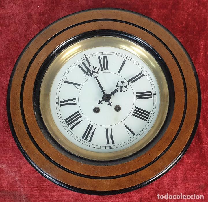 RELOJ DE PARED. OJO DE BUEY. MAQUINARIA PARIS. MUEBLE DE MADERA. SIGLO XX. (Relojes - Pared Carga Manual)