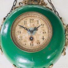 Relojes de pared: ANTIGUO RELOJ FRANCÉS CARTEL DE PARED CON ADORNOS DE BRONCE CADENA PARA COLGAR Y MÁQUINA DE CUERDA. Lote 183032425