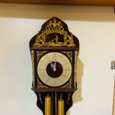 Relojes de pared: ANTIGUO RELOJ DE PARED DE PENDULO Y PESAS CON SONIDO Y CUANDO SUENA PICA EL HERRERO AL YUNQUE. Lote 187169695