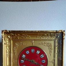 Relojes de pared: RELOJ DE PARED ANTIGUO CUADRADO DORADO CON ESFERA ROJA. Lote 189251828