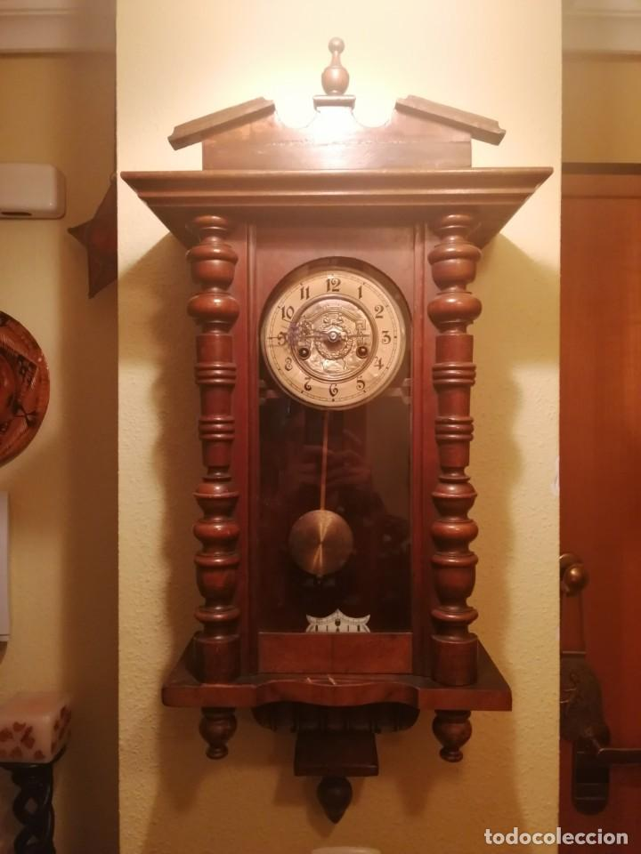 ANTIGUO RELOJ DE PARED CON SONERÍA. (Relojes - Pared Carga Manual)