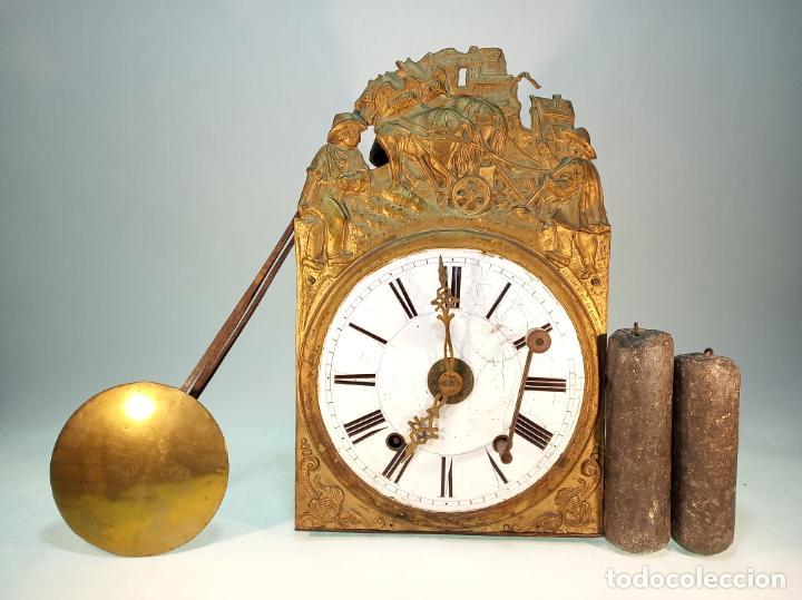 RELOJ MOREZ DE PARED. PÉNDULO DE TIJERA PLEGABLE Y GRANDES PESAS DE PLOMO MACIZAS, INCLUYE LLAVE. (Relojes - Pared Carga Manual)