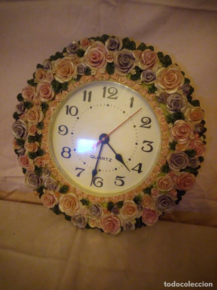 PRECIOSO RELOJ DE PARED HECHO EN RESINA DECORADO CON ROSAS DE COLORES,FUNCIONA CON PILA. (Relojes - Pared Carga Manual)