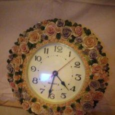 Relojes de pared: PRECIOSO RELOJ DE PARED HECHO EN RESINA DECORADO CON ROSAS DE COLORES,FUNCIONA CON PILA.. Lote 191240368
