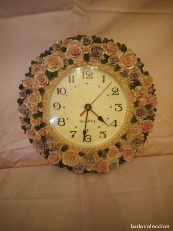 Relojes de pared: Precioso reloj de pared hecho en resina decorado con rosas de colores,funciona con pila. - Foto 2 - 191240368