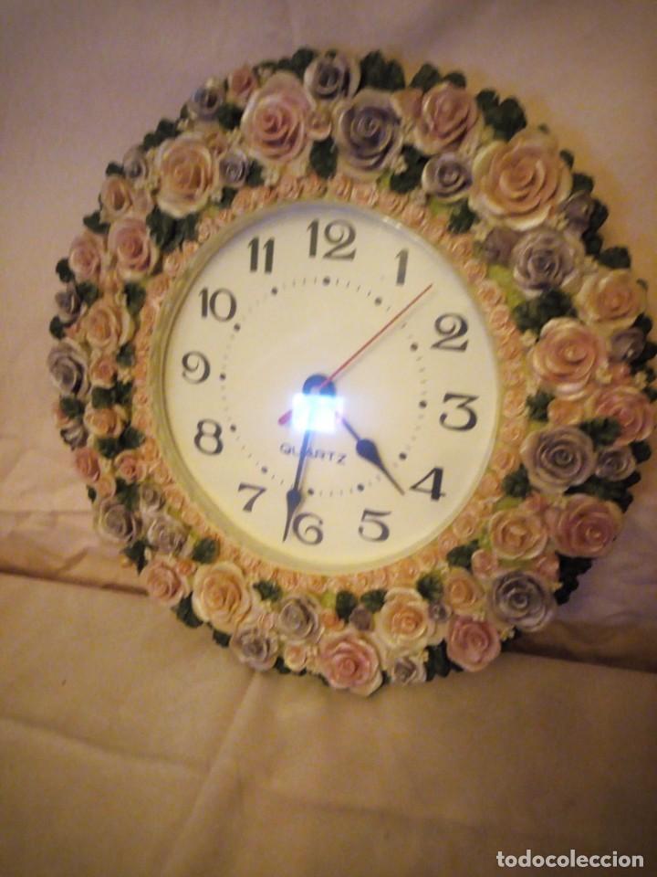 Relojes de pared: Precioso reloj de pared hecho en resina decorado con rosas de colores,funciona con pila. - Foto 3 - 191240368