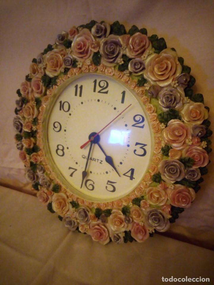 Relojes de pared: Precioso reloj de pared hecho en resina decorado con rosas de colores,funciona con pila. - Foto 4 - 191240368
