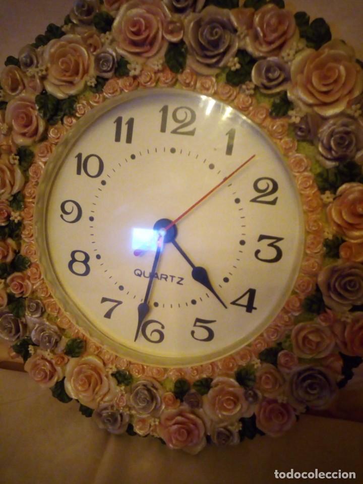 Relojes de pared: Precioso reloj de pared hecho en resina decorado con rosas de colores,funciona con pila. - Foto 5 - 191240368