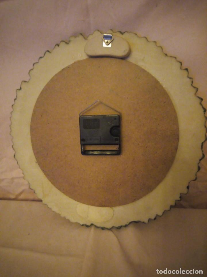 Relojes de pared: Precioso reloj de pared hecho en resina decorado con rosas de colores,funciona con pila. - Foto 6 - 191240368