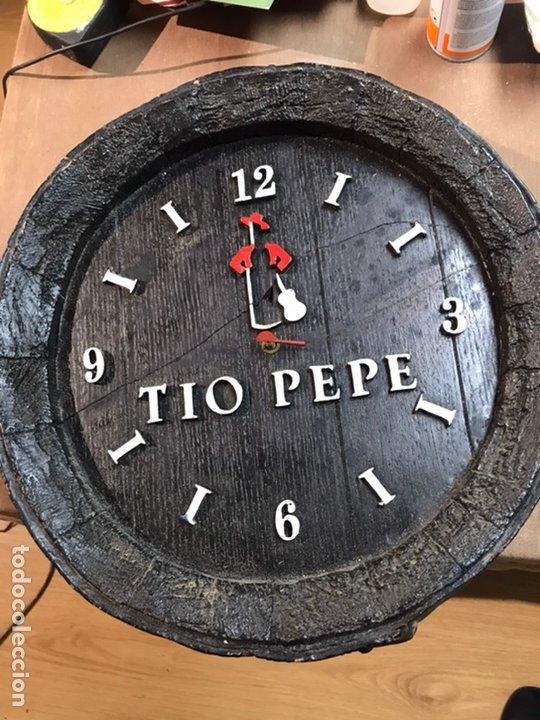Relojes de pared: RELOJ DE PARED MADERA - TIO PEPE - LE FALTA UNA DE LAS AGUJAS - 38X38.5CM - Foto 2 - 192228122