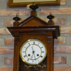 Relojes de pared: RELOJ ALFONSINO CAJA DE MADERA EN FUNCIONAMIENTO.ESFERA DE PORCELANA.PÉNDULO. CARGA MANUAL . Lote 193018405