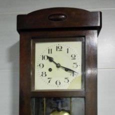 Relojes de pared: RELOJ PARED DE MADERA, A CUERDA, CON PENDULO, MEDIDA 60 X 28 X 15 CM. Lote 194326427