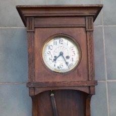 Relojes de pared: RELOJ DE PARED DE MADERA, MECANISMO FUNCIONA PERO UNO DE LOS MUELLES SALTA, 64X38X17CM APROX. Lote 194387563