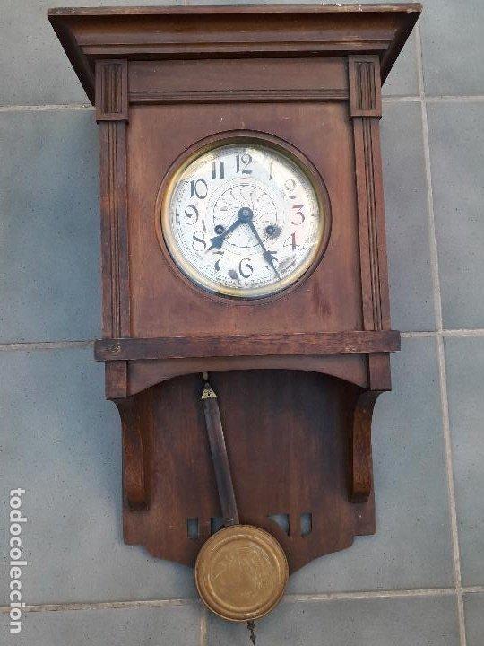 Relojes de pared: reloj de pared de madera, mecanismo funciona pero uno de los muelles salta, 64x38x17cm aprox - Foto 2 - 194387563