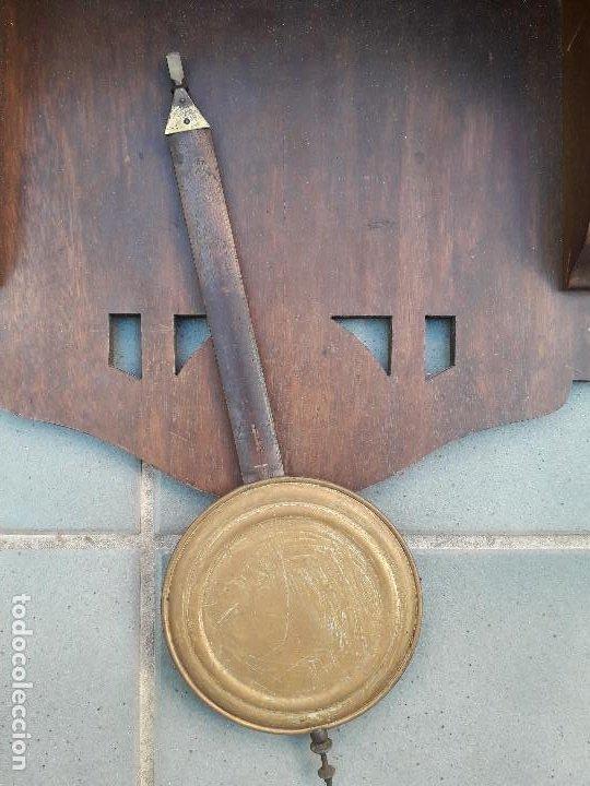 Relojes de pared: reloj de pared de madera, mecanismo funciona pero uno de los muelles salta, 64x38x17cm aprox - Foto 3 - 194387563