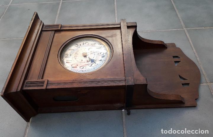 Relojes de pared: reloj de pared de madera, mecanismo funciona pero uno de los muelles salta, 64x38x17cm aprox - Foto 5 - 194387563