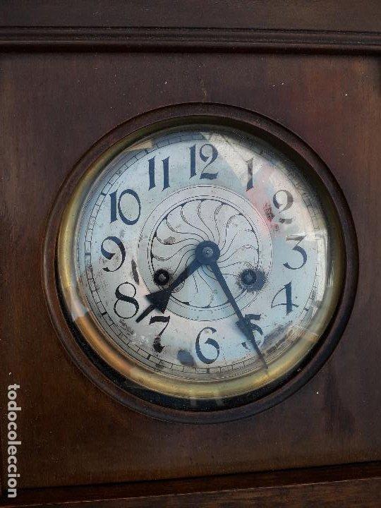 Relojes de pared: reloj de pared de madera, mecanismo funciona pero uno de los muelles salta, 64x38x17cm aprox - Foto 6 - 194387563