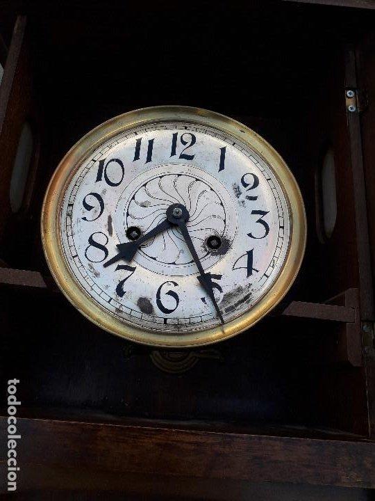 Relojes de pared: reloj de pared de madera, mecanismo funciona pero uno de los muelles salta, 64x38x17cm aprox - Foto 7 - 194387563