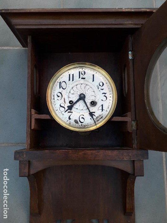 Relojes de pared: reloj de pared de madera, mecanismo funciona pero uno de los muelles salta, 64x38x17cm aprox - Foto 8 - 194387563
