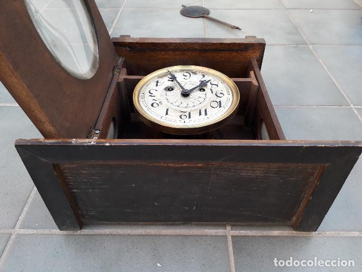 Relojes de pared: reloj de pared de madera, mecanismo funciona pero uno de los muelles salta, 64x38x17cm aprox - Foto 9 - 194387563