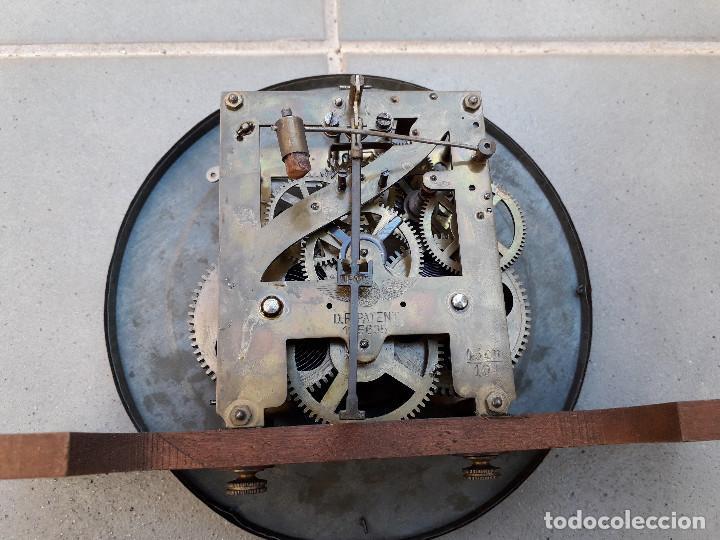 Relojes de pared: reloj de pared de madera, mecanismo funciona pero uno de los muelles salta, 64x38x17cm aprox - Foto 13 - 194387563
