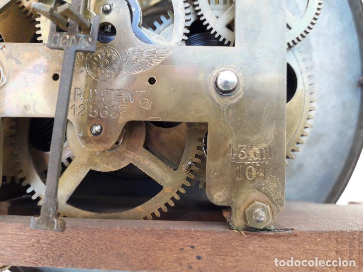 Relojes de pared: reloj de pared de madera, mecanismo funciona pero uno de los muelles salta, 64x38x17cm aprox - Foto 16 - 194387563