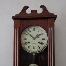 Relojes de pared: RELOJ ANTIGUO DE PARED MECÁNICO CON SU PÉNDULO - LA CUERDA DURA 31 DÍAS DA SUS CAMPANADAS Y FUNCIONA. Lote 194612050