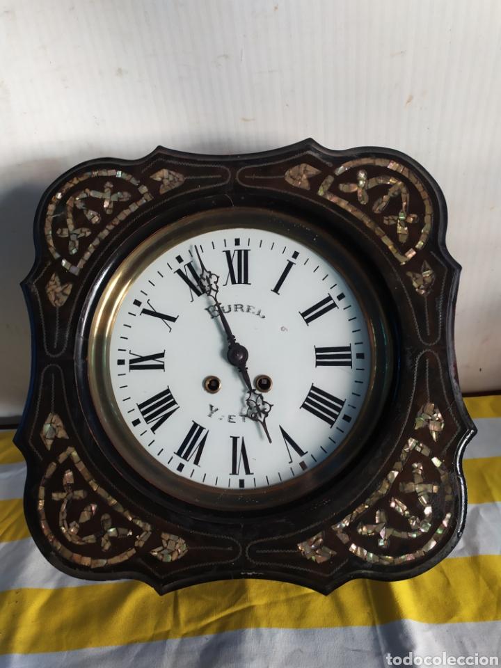 ANTIGUO RELOJ OJO DE BUEY PEQUEÑO CON INCRUSTACIONES DE NÁCAR SIGLO XIX (Relojes - Pared Carga Manual)