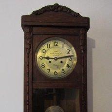 Relojes de pared: ANTIGUO RELOJ CUERDA MECÁNICO A LLAVE ANTIGUO DE PARED ALEMÁN CON PÉNDULO Y CAMPANADAS AÑO 1920 1930. Lote 194718601