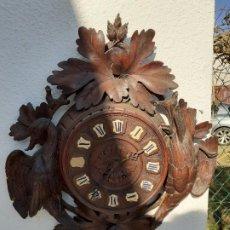 Relojes de pared: RELOJ ANTIGUO CON CAJA CON MOTIVOS EN REIIEVE. Lote 194962583