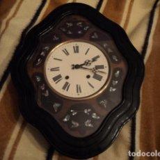 Relojes de pared: RELOJ FUNCIONANDO ISABELINO ANTIGUO OJO DE BUEY CON MARQUETERIA DE NACAR MAQUINARIA MOREZ SIGLO XIX. Lote 198353508